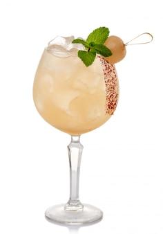 Алкоголь коктейль со свежей мятой и личи, изолированные на белом