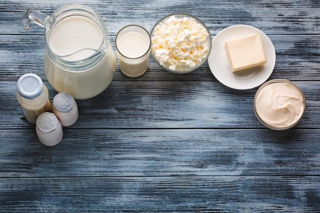 素朴な木製のテーブルに乳製品の品揃え