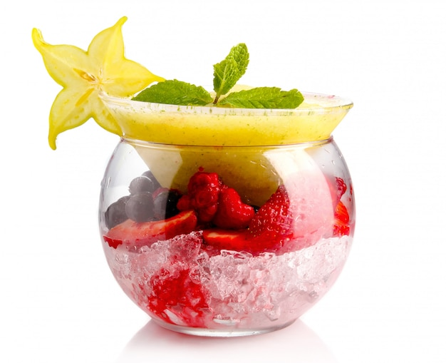 オリジナルガラスのエキゾチックなフルーツとフレッシュミントの有機スムージー
