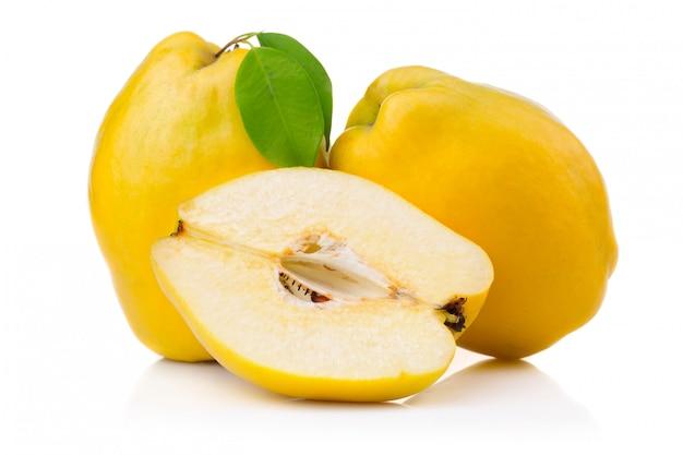 熟したマルメロ果実と葉とスライスの分離