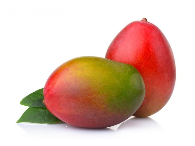 Спелые плоды манго с листьями, изолированные на белом