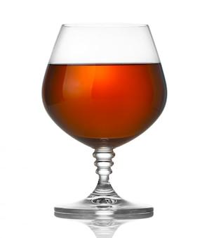 白で隔離されるブランデーのグラス