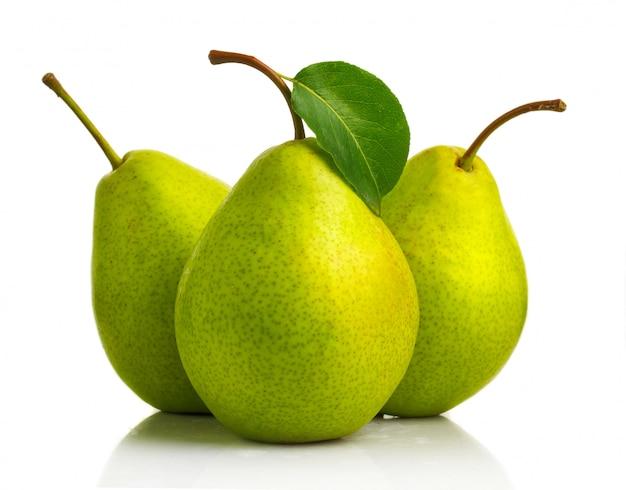 Три зеленых плодов груши с изолированными листьями