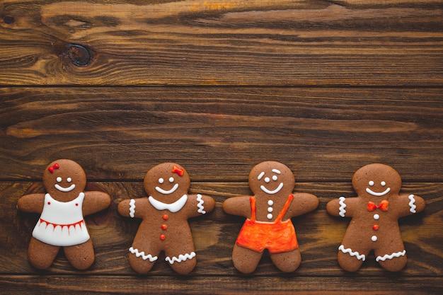 クリスマスの自家製ジンジャーブレッドクッキーと木の上のスパイス