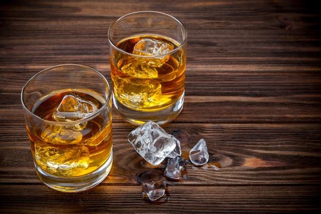 Два бокала со льдом и виски