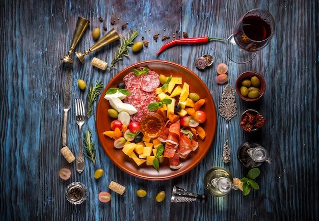 素朴な木製の暗い背景に食材を使ったイタリア料理
