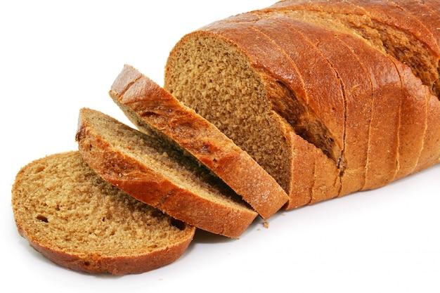 全粒小麦パン、白い背景で隔離のクローズアップ