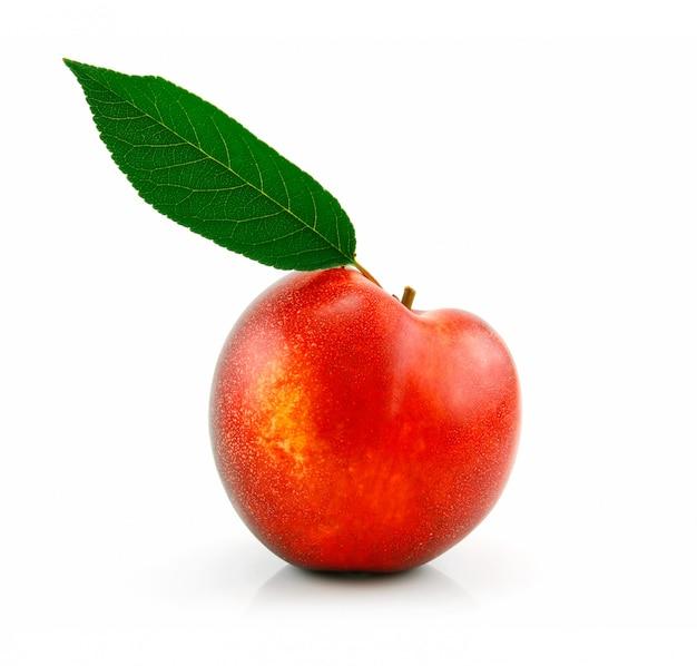 熟した桃(ネクタリン)白い背景で隔離の緑の葉