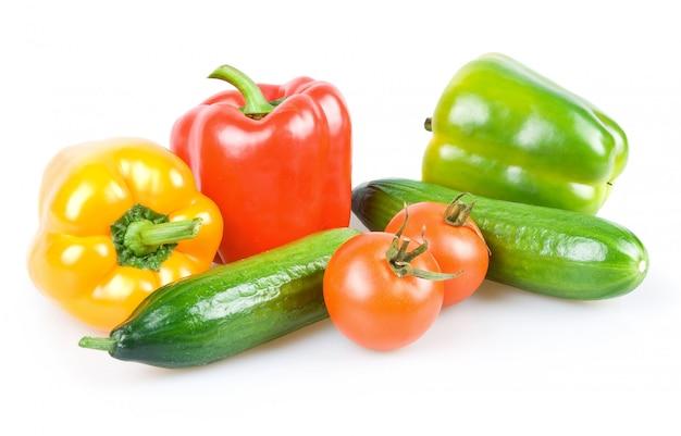 新鮮な熟した野菜(トマト、きゅうりとパプリカ)白い背景で隔離