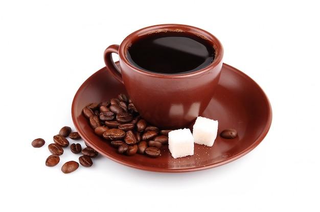 一杯のコーヒーと豆と角砂糖キューブ