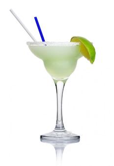白で隔離されるアルコールカクテルマルガリータ
