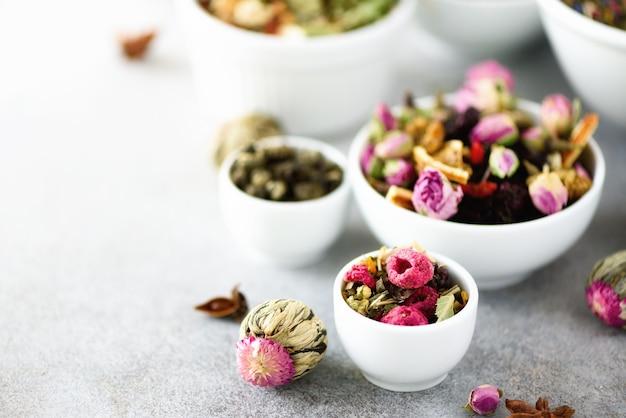 ボウルに乾燥茶の品揃え。