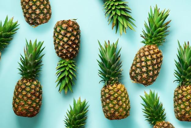 青の背景に新鮮なパイナップル。