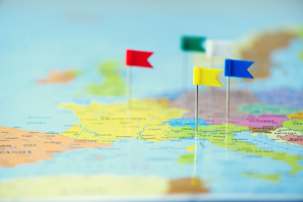 色付きのフラグ、画鋲、画鋲がヨーロッパの地図にピン留めされています。コピースペース、旅行のコンセプト