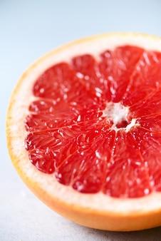 グレープフルーツは半分グレーにスライスしました。柑橘系の果物のマクロ。コピースペース、上面図