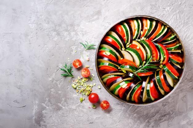 ラタトゥイユ。伝統的な自家製野菜料理。ベジタリアンビーガンフード。