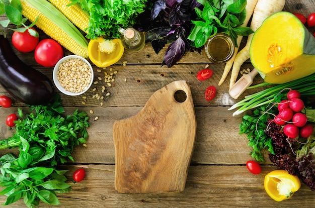木製の背景に野菜。