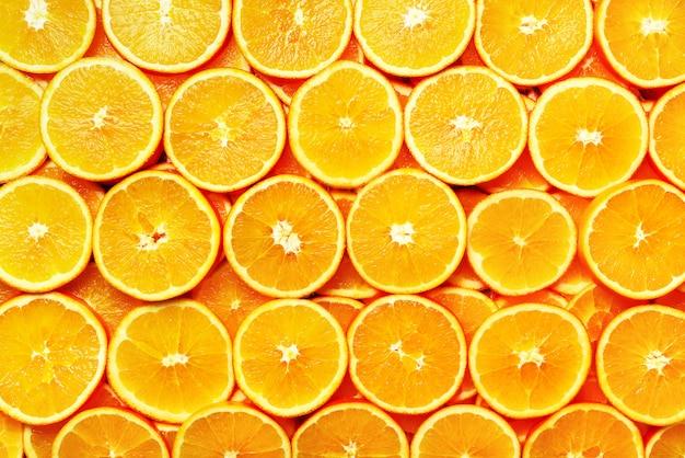 クリエイティブなパターン新鮮なスライスされたオレンジ色の果物の質感。フードフレームジューシーオレンジの背景。バナー
