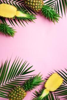 黄色の背景に明るいパイナップルのパターン。最小限のスタイルポップアートデザイン、創造的な夏のコンセプト。