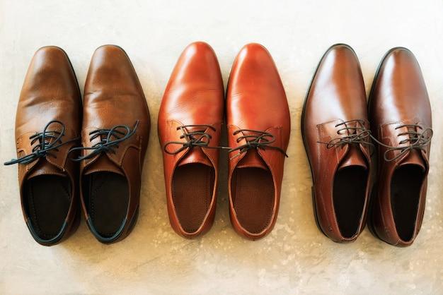 メンズシューズコレクション - さまざまなモデルと茶色の色。販売とショッピングのコンセプト
