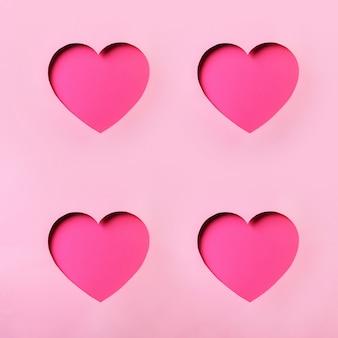 バレンタインの日カード。パンチの効いたパステル紙の背景に刈り取ら心。