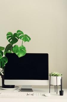 Дизайнерское рабочее пространство. минималистичный домашний офис. пустой экран настольного компьютера