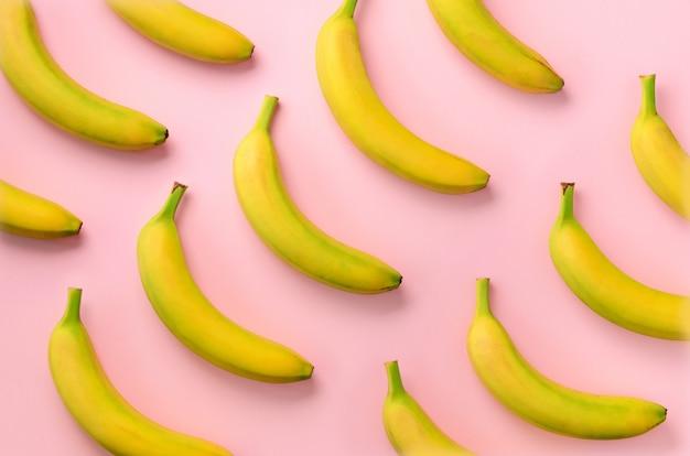 カラフルなフルーツ柄。バナナ。ポップアートデザイン、創造的な夏のコンセプト。最小限の平置きスタイル。