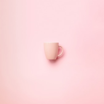 Розовый кубок на фоне пробивной. празднование дня рождения, концепция детского душа. шаблон пастельных цветов. минималистичный стиль дизайна