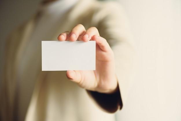 Бизнесмен держит пустую визитную карточку с копией пространства