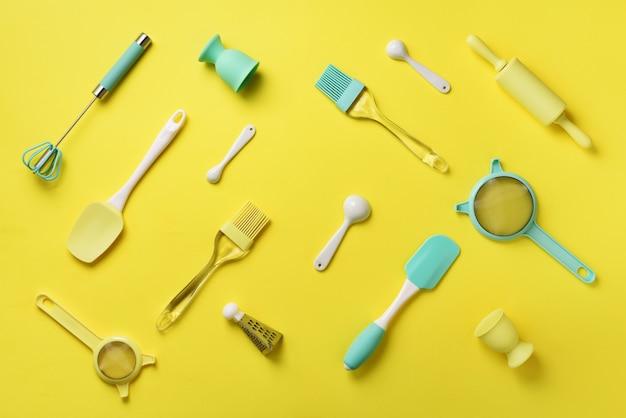 黄色の背景に青緑色の調理器具。食品成分。