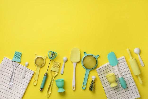 調理する時間です。黄色の背景に青緑色の調理器具。食品成分