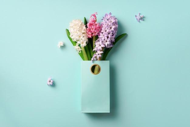 買い物袋に新鮮なヒヤシンスの花。