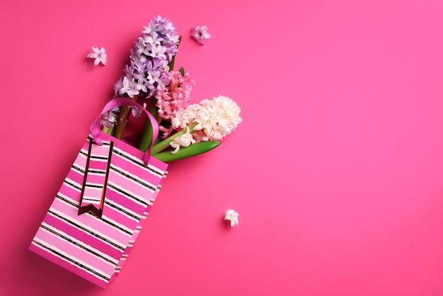 Свежий розовый, белый, фиолетовый гиацинт цветы в корзине на фоне резких пастельных.