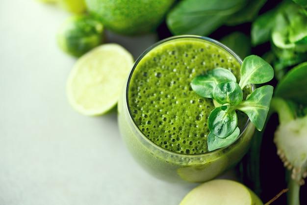 緑の健康スムージーとガラス