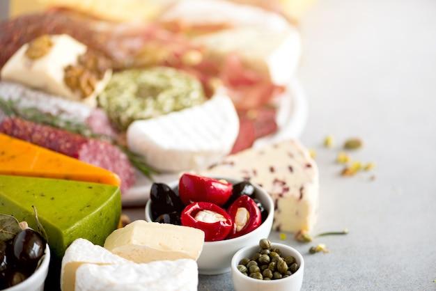 伝統的なイタリアの前菜、サラミとまな板、冷たい燻製肉、生ハム