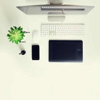 キーボード、マウス、黒い空白の画面を持つコンピューターのディスプレイ。