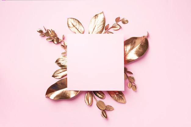 コピースペースを持つ黄金の葉のフレーム。上面図。コピースペース。夏と秋のコンセプト。クリエイティブ