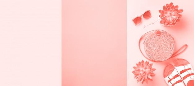 Стильная сумка из ротанга, кокос, биренский инвентарь, пальмовые ветки, солнцезащитные очки. вид сверху фон с копией пространства. модная бамбуковая сумка и обувь. летняя мода плоская планировка