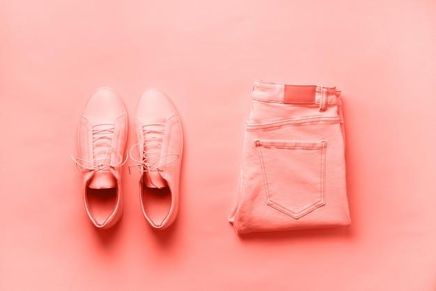 女性のスニーカーとジーンズ。上面図。夏のファッション