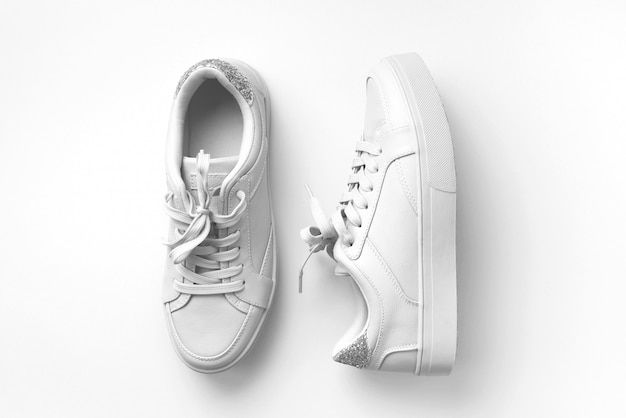 白い革のスニーカー