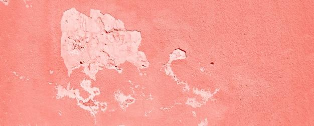 古いひびの入ったテラコッタの壁。サンゴ色の塗装のテクスチャ背景