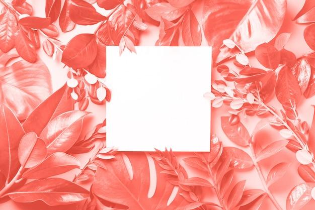 熱帯の葉で作られた創造的な背景。平干し。上面図。