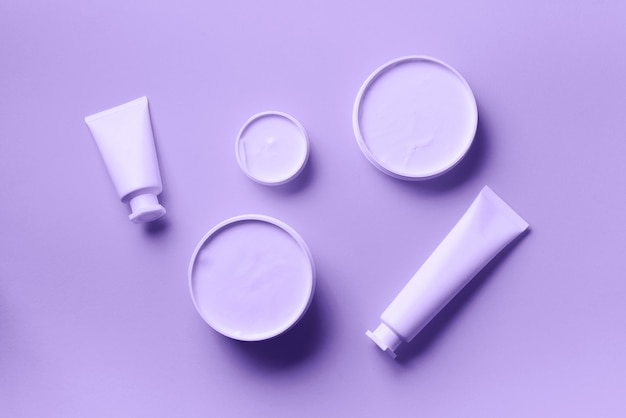 白い化粧品の瓶、チューブ、ボトル、トロピカルモンステラリーフ