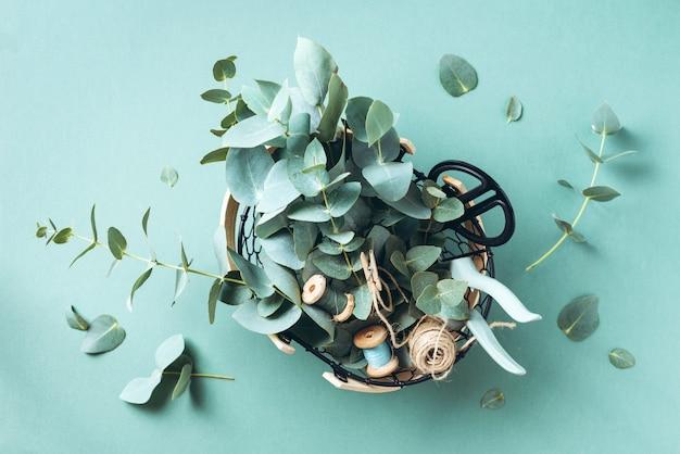 ユーカリの花、庭の剪定はさみ、はさみが付いているバスケット