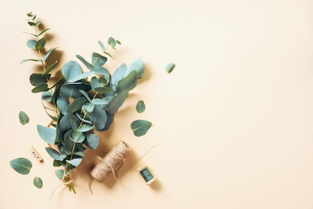 水色のユーカリの枝で作成するユーカリの花束