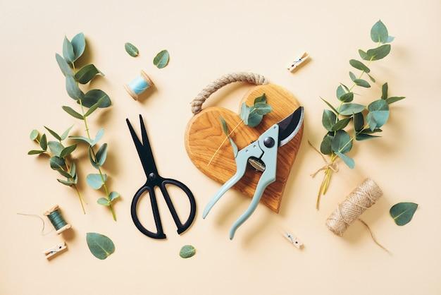 Создание эвкалиптового букета с помощью голубых ветвей эвкалипта