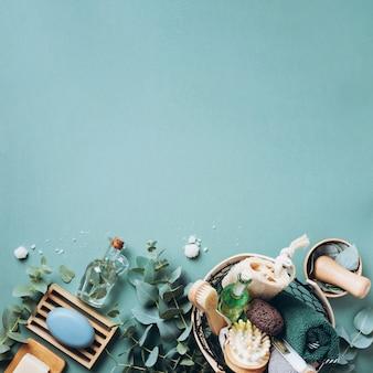 木製石鹸皿、石鹸、緑の背景の上のユーカリ。