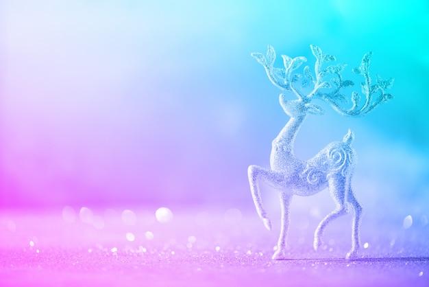 Серебряный блестящий рождественский олень в модных неоновых тонах
