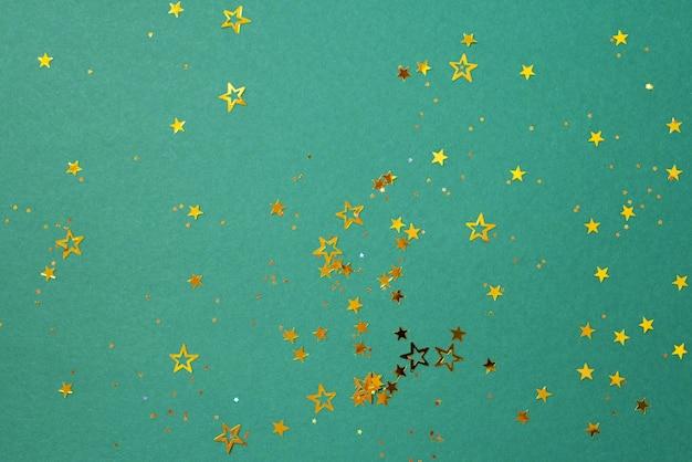 Золотая звезда сверкает на зеленом фоне