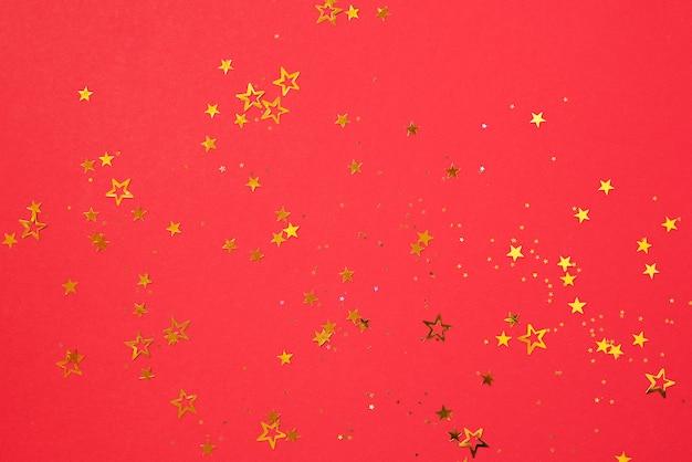 Золотая звезда сверкает на красном фоне